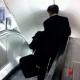 Maldita cura un empresario drogado borracho bajando por una escalera electrica JoJO