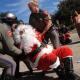 Video: Detienen a 'Papá Noel' por escribir con tiza en el suelo frente al Capitolio JoJoJoJo