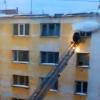 Video: Un desprendimiento de nieve derriba a un bombero que intentaba rescatar a un bebé increible!