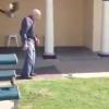 VIDEO La Risa del dia este anciano patea una culebra furiosa y sele queda engancha delo piez