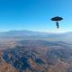 Video:Nono en el mundo hay que ver cosas Un estadounidense usa un paraguas de jardín como paracaídas