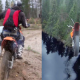 VIDEO Que maldito loco en un motocross salta a un rio de una barranca Alticima