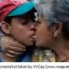 VIDEO Este chamaquito chulea una anciana sin dientes por dinero el diablo