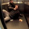 Video El diablo miren todo lo que le hacen a este en un elevador /Elevator Murder Experiment