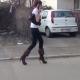VIDEO Que Velguensa paso esta caminando con uno tacos zapatillas altas que Risa