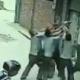 VIDEO Trabajadores salvan a una niña que cae de un cuarto piso en China