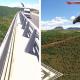 VIDEO Se tira de un puente de un carro en movomiento que loco