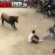 VIDEO Miren esto lo que le hiso este toro aun pobre hombre
