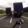 VIDEO Miren lo que le paso por revasarle a dos camiones