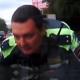 VIDEO Policia enganchao delante de un carro miren porque
