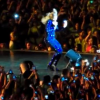 MIREN LO QUE LE ASE ESTE FAN A Beyonce Gets Pulled Off Stage By Crazy Fan & Handles It Like A Pro!
