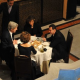 Medio británico publica foto de John Kerry cenando con Bashar Al Assad  de Sirya haora son enemigos