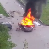 Video Una explOcion de un carro captada en camara Massive Car Explosion In Courtyard