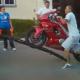 Video miren como es que se sube un motor sobre un bus Aprendan sino saben brutos!