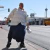 VIDEO ESTE ANORMAL ALEBANTA 15 KILOS CON SUS TESTICULOS :Guy Lifting 15 Kilos With His Balls