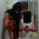 Adolescente e criança posam para fotos com capuz e armas nas mãos