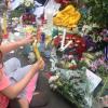 Sul-africanos mostram gratidão por Mandela com flores e canto