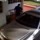 Vídeo - Sorprendente del día: Fíjate como un hombre se roba los espejos de los carros (captado por cámara).