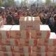 EL DIABLO Pobladores de aldea en China hacen pared de billetes que suman 2,1 millones de dólares