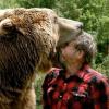 Captado en camara se comen a este hombre One Bite & His Head Is Gone: Brave Man Playing With His Huge Pet Grizzly Bear