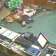 Hombre tumbo toda la mercancia de una tienda miren Man Falls Through The Roof Of Golf Shop
