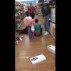 Que problemon este solo miren Woman Brawling Inside Of A Walmart In Front Of Their Kids, Damaging The Whole Place!