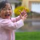 Video la primera vez en su vida jugando con el agua Toddlers First Time Playing In The Rain