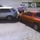 VIDEO Ladrones tratando de robar miren lo que paso Tried To Rob The Wrong One: Thieves Get Run Over & Stomped Out!