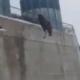 Video Fuerte Hombre se tira de un 13 piso Suicide jump from a water tank