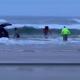 VIDEO Una mujer presuntamente condujo una camioneta hacia el mar con sus hijos dentro