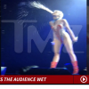 Vídeo - Miley cyrus escupe a todo el publico en unos de sus concierto Miley Cyrus She Can't Stop Spitting on the Crowd