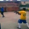 Video: Hinchas de fútbol celebran un gol con fuego de valas de kaláshnikov en Brasil el diablo!