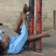 Nueva estilo vida para un niño hindú discapacitado que vivía atado en una estación de buses