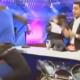 Sujeto le pega le rompe en la espalda un celular a un coordinador de TV en programa en vivo!!! video