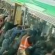 VIDEO La unión hace la fuerza y pasajeros liberan a un hombre atrapado en una estación de tren