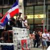 El Rapero Fabolous mostrando en alto la bandera dominicana por todo lo alto en la parada dominicana USA