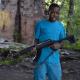 Menor en un video de rap con una AK-47