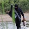 Un 'islamista' cruza la frontera México-EE.UU. con una 'cabeza humana' en las manos Man Crosses U.S. Border Dressed as ISIS Terrorist, Simulates Beheading