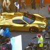 El carro color oro del pelotero Robinson cano pasienadolo en republica dominicana