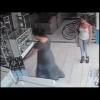 VIDEO Loco dela noche vea como una mujer se roba un plasma en segundos
