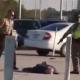 Video impactante: Policías atacan a un anciano con un arma paralizante de 50.000 voltios en EE.UU  Police Tase Elderly Man With His Hands Up