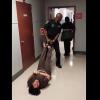 Video: Un policía arrastra por los pies a una enferma mental