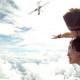 Aterrador video de una avioneta que por poco impacta a paracaidistas Near death airplane collision with skydiver in free fall