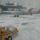 Video: Un avión de pasajeros se sale de la pista en un aeropuerto en Nueva York