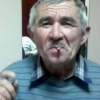 Vídeo viral viejo fumando se traga el cigarro.