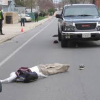 VIDEO Estara vivo? miren Trailer Detaches from Vehicle and Hits Man Standing on the Sidewalk