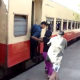 Video Como montarce en un tren en Filipina diablo! How People Catch Trains In The Philippines