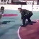 VIDEO Que velguesa con esto policia Embarrassing: Cop Gets Crossed Up In Pick-Up Game On The Court!