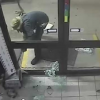 Video tratandoce de llevar una maquina de dinero Fail: Attempted ATM Theft Goes Wrong After His Chain Broke!