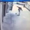Video Fuerte Hombre le devarata la cabeza a un pobre nino Schizophrenic Man Savagely Beats 2 yearold Boy - GRAPHIC